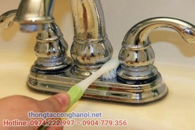 làm sạch vòi nước inox
