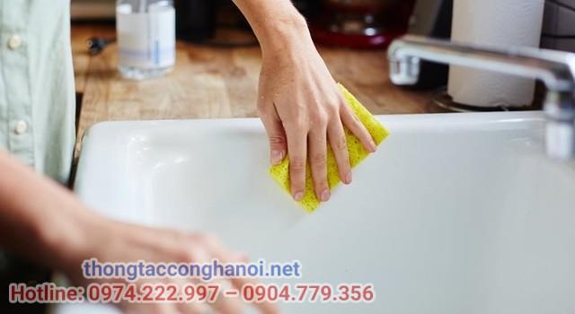 làm sạch bồn rửa mặt bằng giấm gạo