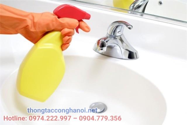 làm sạch bồn rửa mặt bằng thuốc tẩy