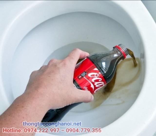 làm sạch bồn cầu bị ố vàng bằng Coca Cola