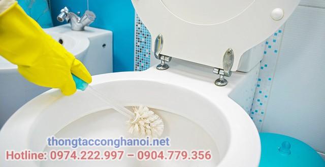 Cách xử lý mùi hôi bể phốt bằng việc cọ rửa nhà vệ sinh
