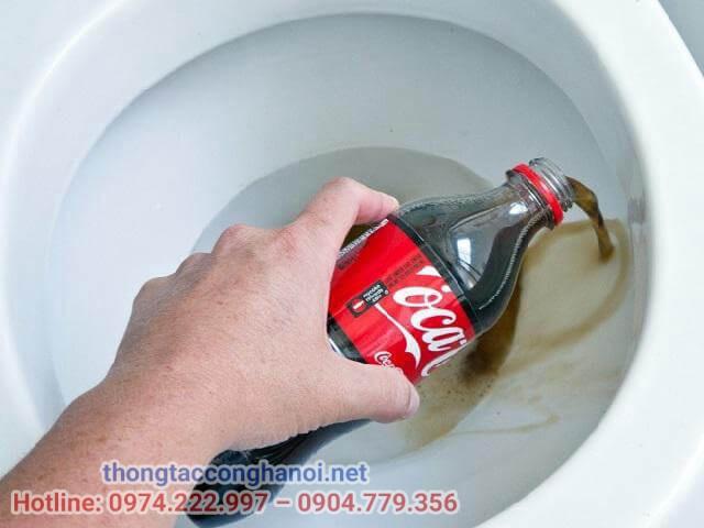 Thông tắc bồn cầu bằng Coca