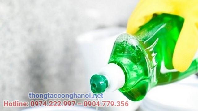 Sử dụng các chất tẩy rửa bồn cầu