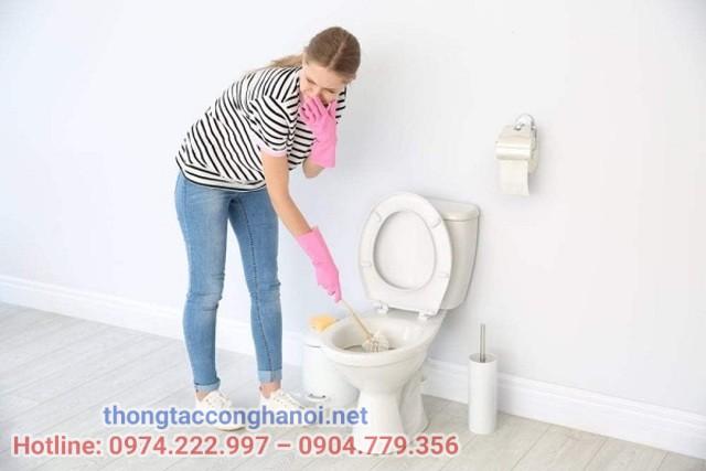 cọ rửa nhà vệ sinh thường xuyên