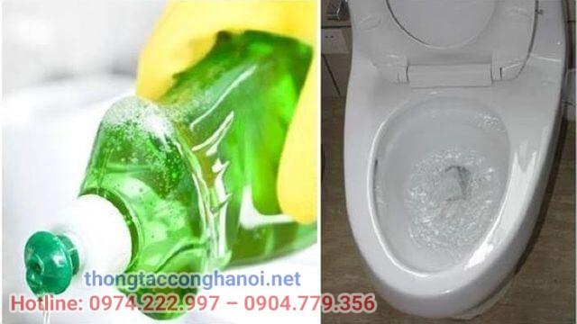 Dùng nước rửa chén